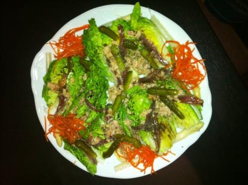 Lechuga, espárragos, pepinillos, zanahoria rallada, anchoas y atún