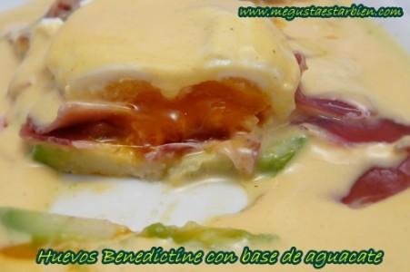 Huevos benedictine con base de aguacate
