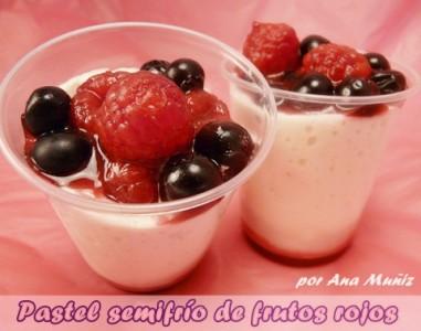 pastel semifrio de frutos rojos