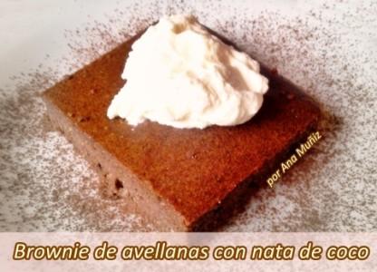 Brownie de avellanas con nata de coco